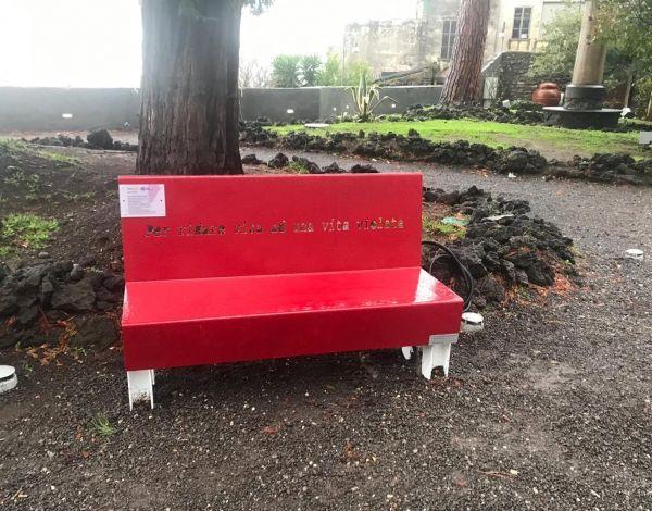 Panchina rossa nel parco del Castello Mediceo